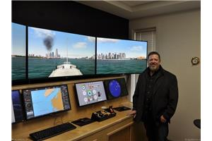 Le capitaine Randy Pittman devant un système de simulation du Centre de formation maritime de Hay River. (Crédit photo: Denis Lord)